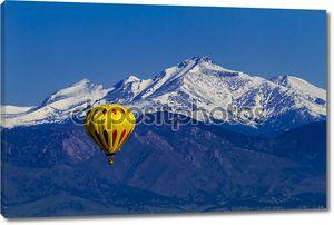 Воздушный шар на фоне гор
