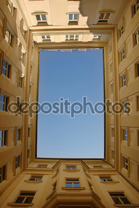 Голубое небо, обрамленная здания