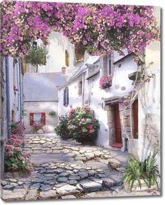 Улица с белыми домами и яркими цветами