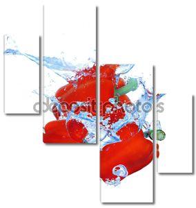 Три перца, падения в воду с всплеск, изолированные на белом фоне