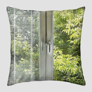 Окно с жалюзи, с видом на зеленый сад
