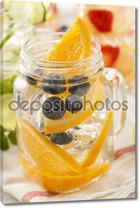 Вода с фруктами и льдом