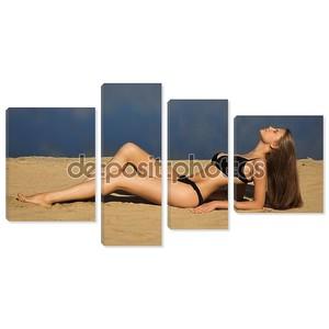 Привлекательная девушка расслабиться на песчаном пляже
