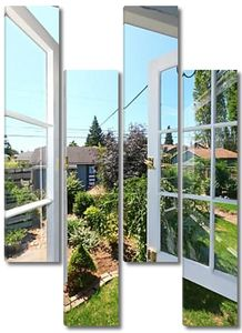 Открытое окно на задний двор с небольшой сарай