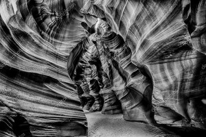 Лучи света внутри Каньон Антилопы Аризона в b&w