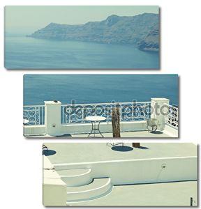 красивый белый терраса с видом на море в Oia, Санторини, Cycla