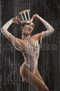 Танцовщица бурлеска в белом платье со шляпой