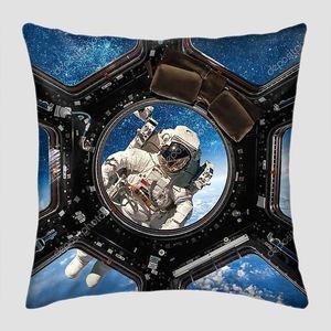 Космонавт в иллюминаторе