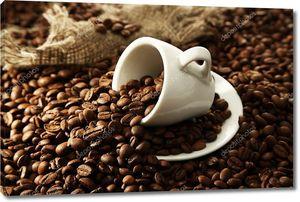 чашка с кофе в зернах, крупным планом