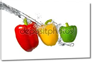 красный, желтый, зеленый перец с водой