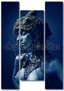 Синяя женщина в оригинальном головном уборе