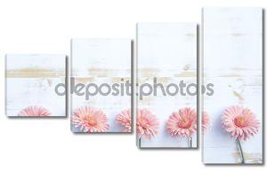 Розовые герберы на белом фоне деревенские деревянные