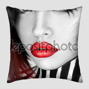 Черно-белые серьезные женщина с сексуальные красные губы, глядя на