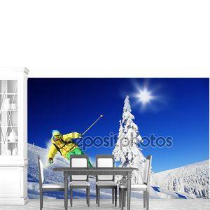 Лыжник, скоростной спуск на лыжах в высокие горы