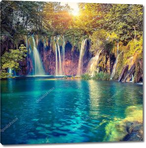Озеро с водопадами в солнечный день