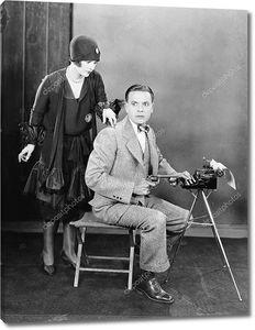 Мужчина с пистолетом за пишущей машинкой