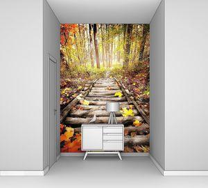 Деревянный настил в ярком осеннем лесу