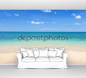 Пляж и море под чистым небом