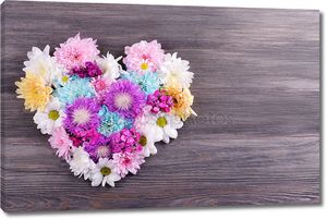 красивые цветы в сердечке на деревянном фоне