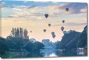 Воздушный шар, плавающий в небе с переднего плана реки Пинг в доброе утро
