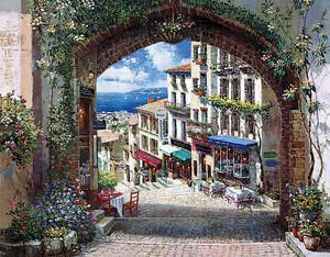 Вид через арку на солнечный город