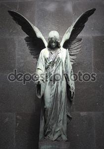 Скульптура ангела с темным фоном