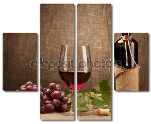 Натюрморт с бутылки вина, очки и виноград