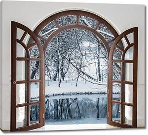 Открытые окна с видом на зимний лес