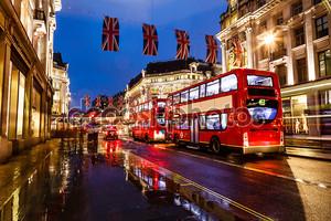 красный автобус на дождливой улице Лондона в ночь, Объединенных kingd