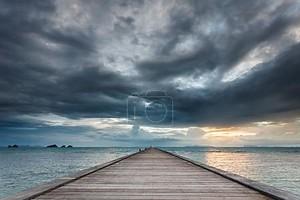 Вуд мост на море на пляж заката в Самуи, Таиланд.