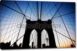 Бруклинский мост в Нью-Йорке в сумерках.