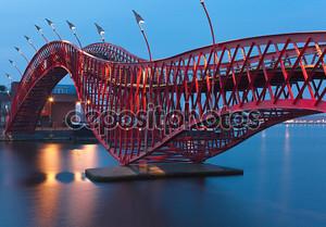Python мост в Амстердаме - ночная сцена