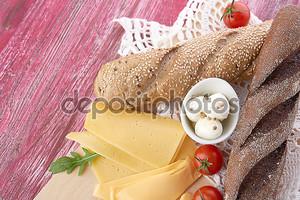 Хлеб, сыр и помидоры черри