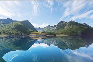 Прозрачное озеро в горах