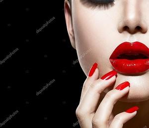 Красный сексуальные губы и ногти крупным планом. маникюр и макияж
