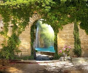 Вид через арку на невероятный водопад