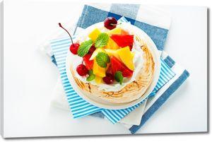Аппетитный десерт на голубых салфетках