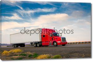 Красный грузовик на шоссе