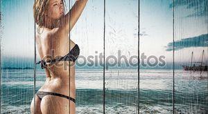 Красивая молодая женщина в бикини на солнечном пляже тропического отдыха на воде