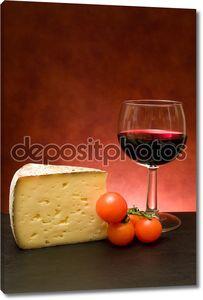 Сыр и бокал с вином