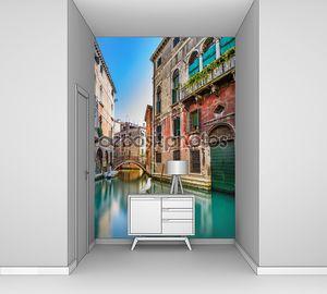 город Венеция, Водоканал, мост и традиционных зданий. Италия