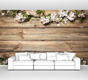 Яблоневые веточки на деревянной поверхности
