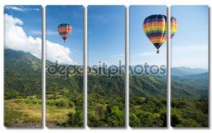 Воздушный шар над горный пейзаж