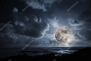 Восходящая луна в океане