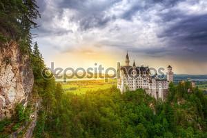 Замок Нойшванштайн в Баварских Альпах на закате