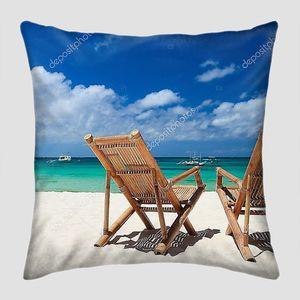 Две пляжных стула на пляже