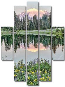 MT Ренье отражение на озере tipsoo на рассвете, Вашингтон
