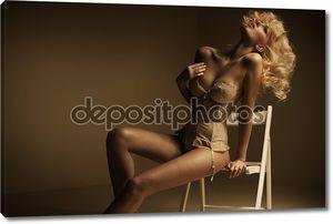Чувственная блондинка леди, снимая ее одежду