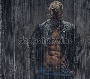Случайные мускулистый мужчина в студии