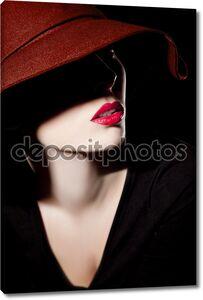 Красивая женщина в шляпе и красные губы